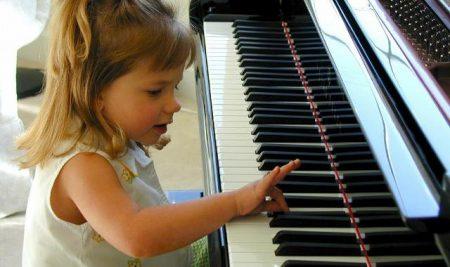 Παιδί και μουσικά όργανα